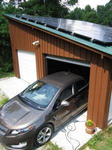 Coche ampera cargando en vivienda con instalación fotovoltáica para particulares
