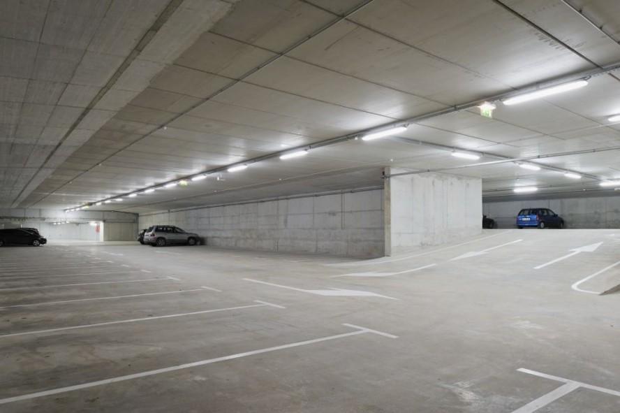 Iluminación mediante tecnología LED en un parking.