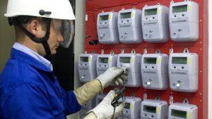 operario eléctrico instalando contadores eléctricos en cuarto de contadores de un edificio