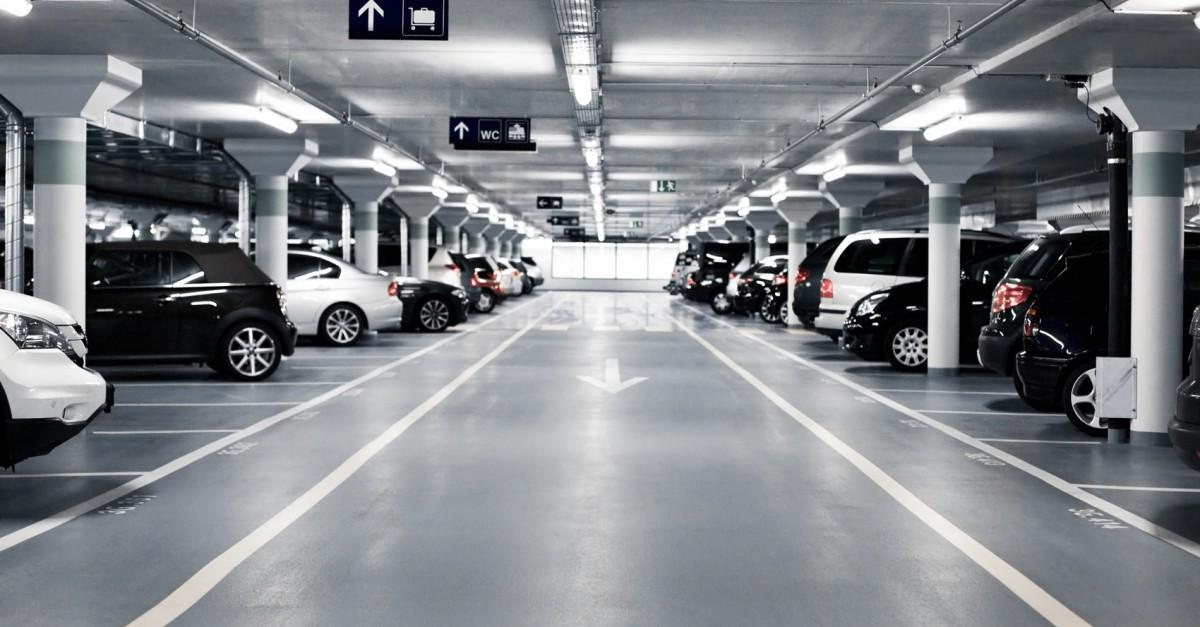 aparcamiento comunitario lleno de coches